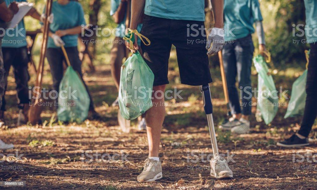 Gruppe von jungen Freiwilligen Reinigung öffentlichen park – Foto