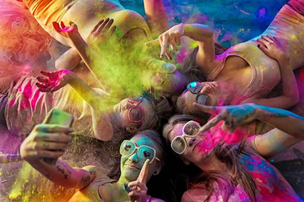 Groupe de jeunes femmes recouvert de poudre de holi - Photo