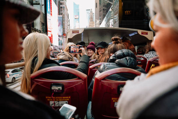 gruppenfoto auf tour-bus - tour bus stock-fotos und bilder