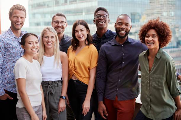 一個創造性的商業團隊站在戶外的集體肖像, 四分之三長, 關閉 - 幸福 個照片及圖片檔