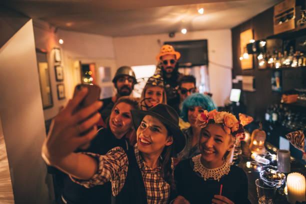 gruppe selfie auf einer halloween-party - freund kostüme stock-fotos und bilder