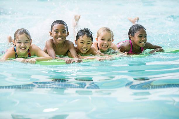 Grupo de práctica de natación - foto de stock