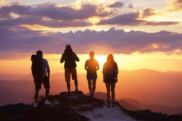 그룹 관광객 친구 사람들 산 꼭대기 보기 일몰 - mountain top 뉴스 사진 이미지