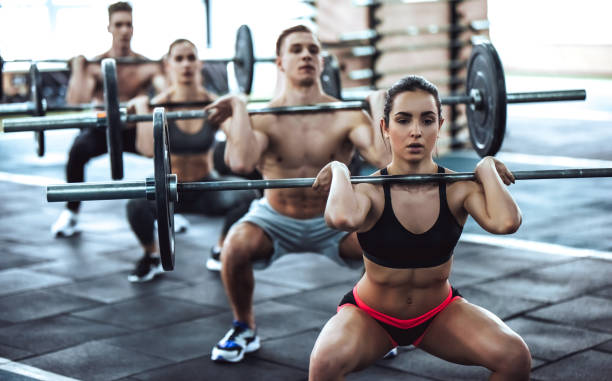ジムでのグループ トレーニング - ウエイトトレーニング ストックフォトと画像