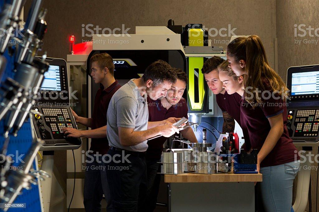 Gruppe Unterricht auf der präzisen Messung Instrumente – Foto