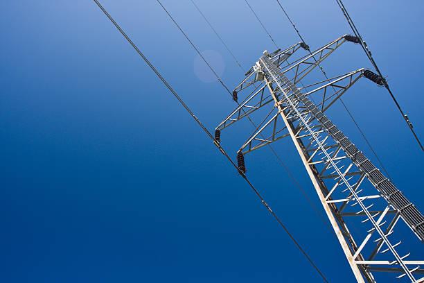 hochspannungsmast an einem klaren blauen himmel. - stromkabel stock-fotos und bilder
