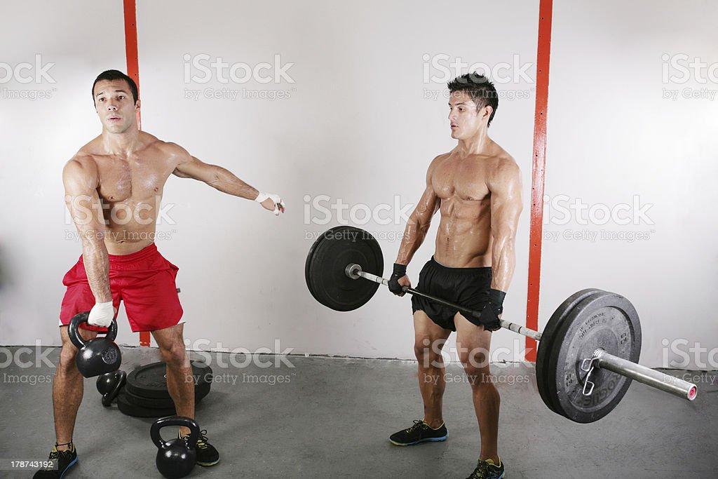 Pesa grupo con aparatos de entrenamiento con pesas - Foto de stock de Actividad libre de derechos