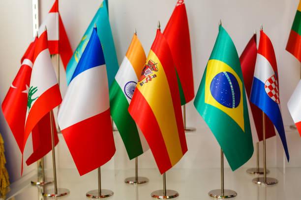 gruppierung von verschiedenen flaggen der welt - freistaat stock-fotos und bilder