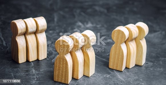 istock Groups of wooden people. The concept of market segmentation. Marketing segmentation, target audience, customer care. Market group of buyers. Customer analysis and customer relationship management 1077119656