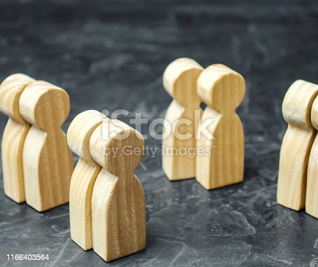 istock Groups of wooden people. The concept of market segmentation. Marketing segmentation, target audience. Market group of buyers. Customer analysis and relationship management 1166403564