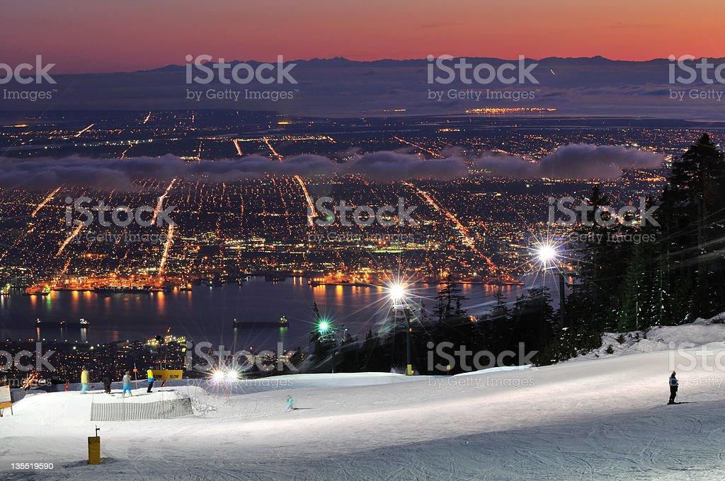 Grouse Mountain Nacht Skipisten und der Innenstadt von Vancouver – Foto