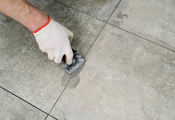 Grouting ceramic tiles. – Foto