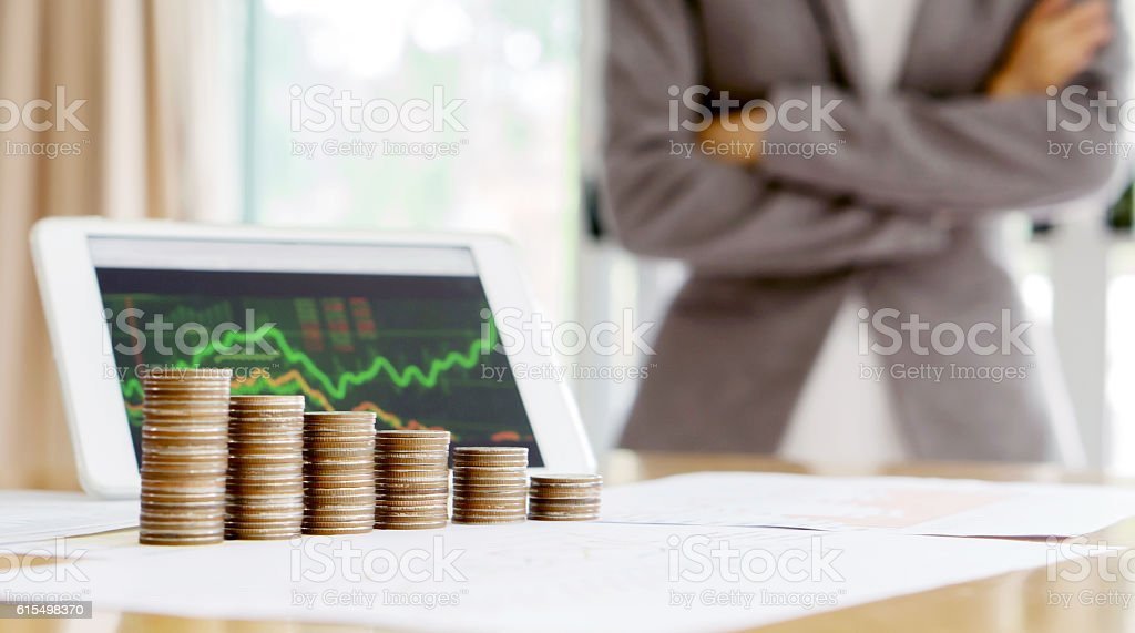 Grow up coins stack with business and finance graph screen – Foto