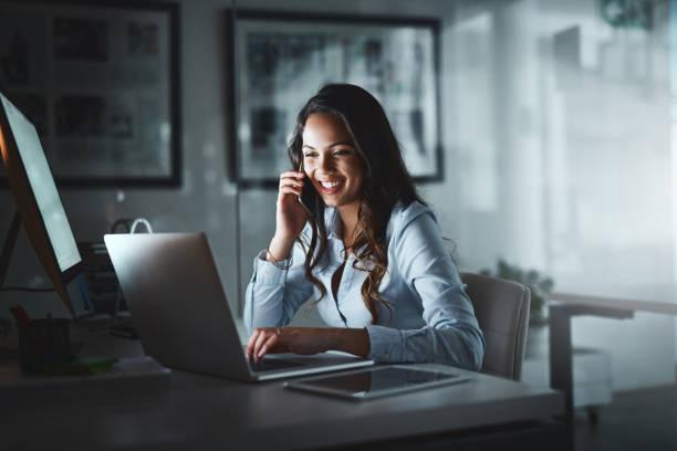 een carrière groeiende neemt toewijding - business woman phone stockfoto's en -beelden