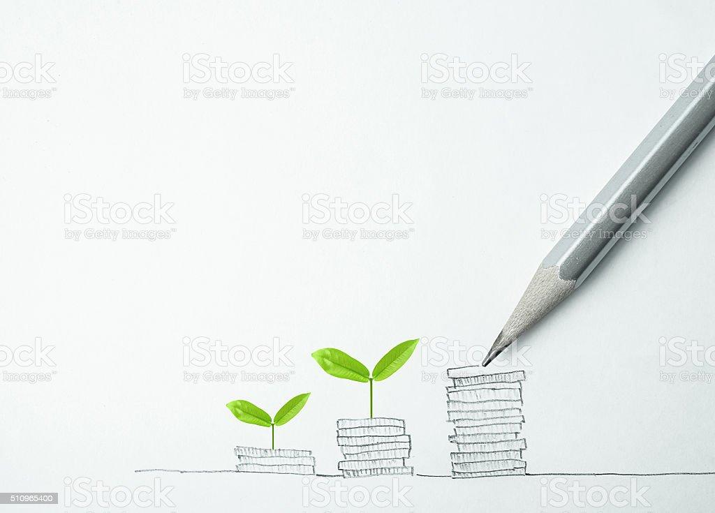 Plante croissant en rangée de pièces d'argent avec un crayon dessin - Photo