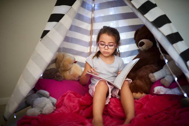 aufwachsen mit einer liebe zum lesen - tipi zelt stock-fotos und bilder