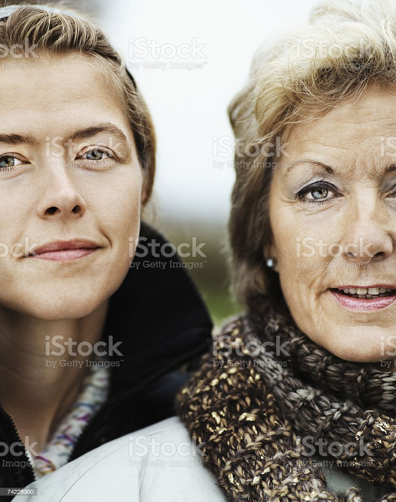 'Grown-up mother and daughter in park, portrait' foto de stock royalty-free