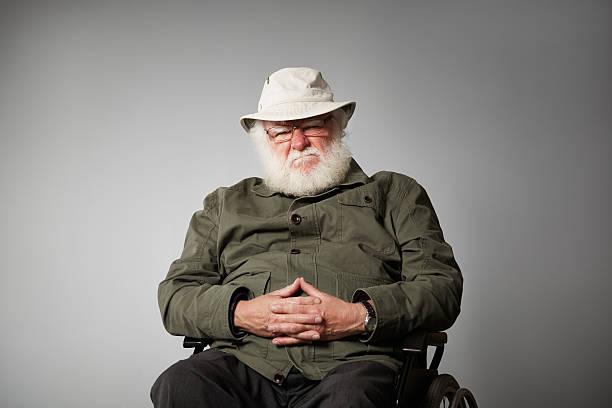 Grumpy Alter Mann auf Rollstuhl – Foto