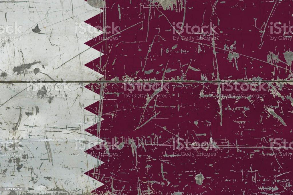 Bandera de Qatar de grunge en la vieja superficie madera rayada. Fondo vintage nacional. - foto de stock
