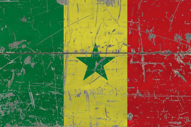Bandeira do Senegal grunge na velha arranhou a superfície de madeira. Fundo nacional de vindima. - foto de acervo