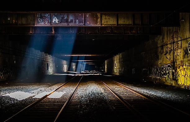 grunge train tunnel - schlechte laune sprüche stock-fotos und bilder