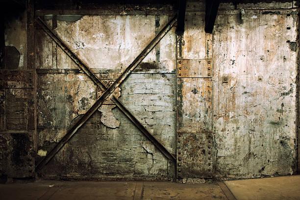 grunge mauer von einem verlassenen industrielle innenraum - peeling herstellen stock-fotos und bilder