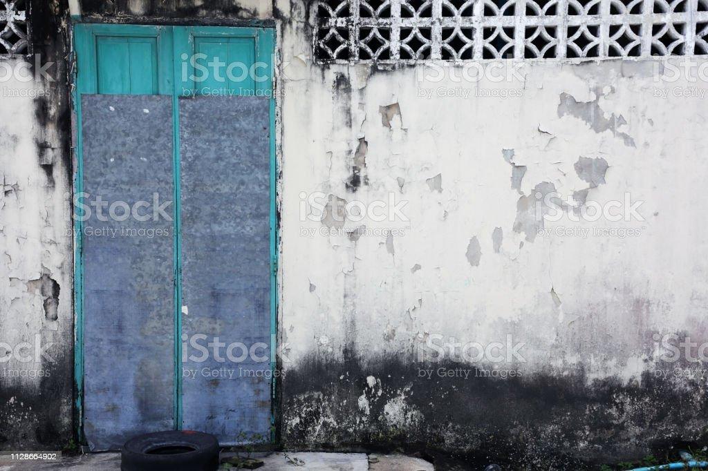 parede de grunge com fundo porta abandonada - foto de acervo