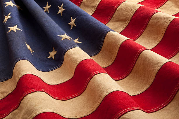 grungy betsy ross flag with thirteen stars and stripes - vroegmoderne tijd stockfoto's en -beelden