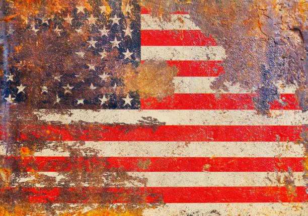 Gruselige USA-Flagge, Sterne und Streifen auf rostigem Metall verdrückt und rau – Foto