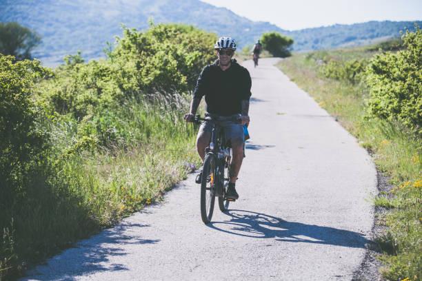gruppo di amici in bicicletta in montagna italiana - abruzzo cycle path foto e immagini stock