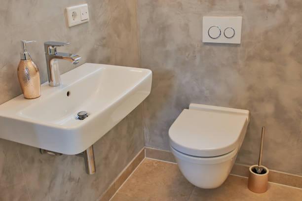 gast-wc mit toilette und waschbecken - badmöbel gäste wc stock-fotos und bilder