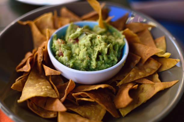 guacamole com totopos, comida mexicana. - guacamole - fotografias e filmes do acervo