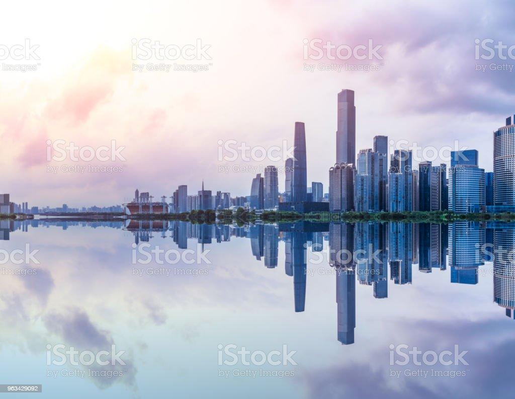 Panorama miasta Guangzhou na rzece Zhujiang o zachodzie słońca - Zbiór zdjęć royalty-free (Architektura)
