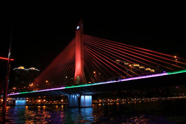 Gece Çin Cumhuriyeti Pearl Nehri üzerinde Guangzhou Haiyin Köprüsü stok fotoğrafı