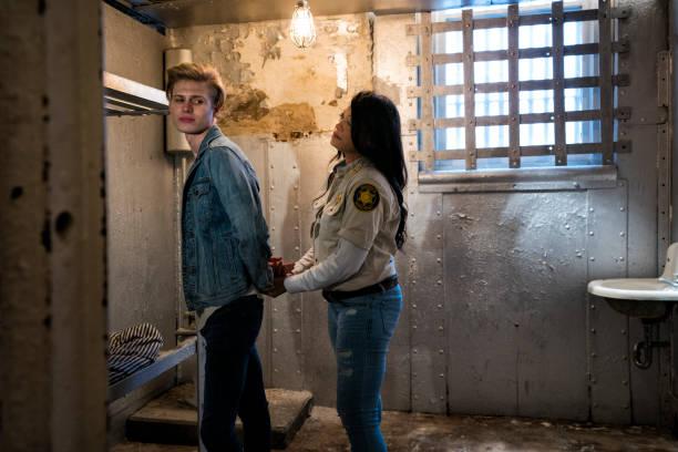 garde berücksichtigt jungen mann gefängniszelle - etagenbett weiss stock-fotos und bilder