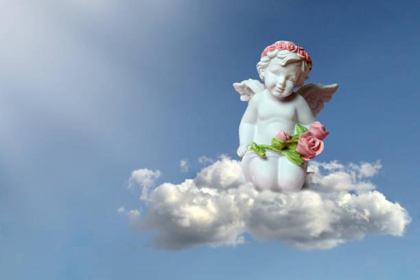 Ángel de la guarda en la nube - foto de stock