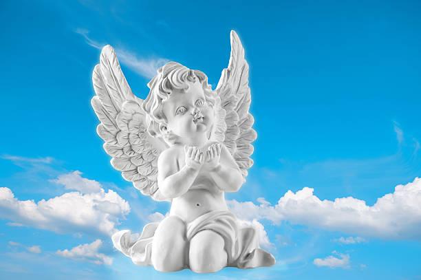 Guarda Engel el cielo azul de fondo. Religión y creencias - foto de stock