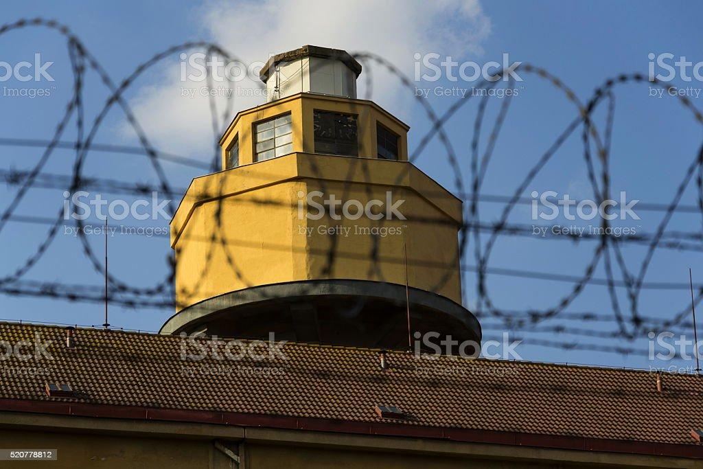 Absicherung Turm Hinter Stacheldraht Zaun In Gefängnis Wände Stock ...