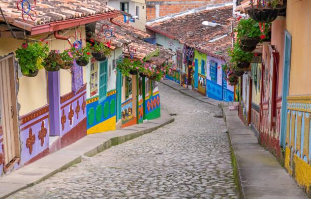 guatape、コロンビア。guatape コロンビアで通常カラフルな建物 - コロンビア ストックフォトと画像