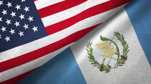 Guatemala y Estados Unidos dos banderas juntos relaciones textil tela textura de la tela - foto de stock