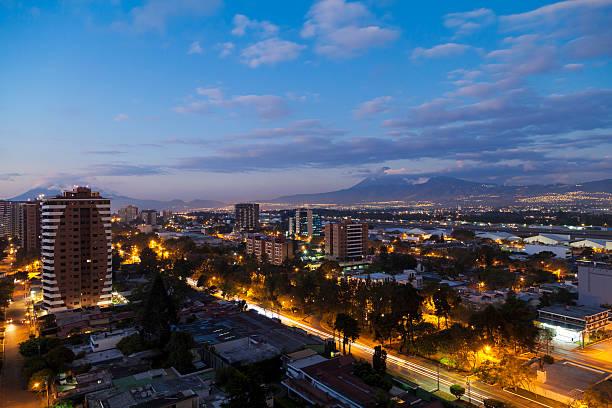 guatemala city in der abenddämmerung - guatemala stadt stock-fotos und bilder