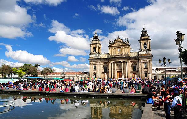 guatemala city-kathedrale und den hauptplatz - guatemala stadt stock-fotos und bilder