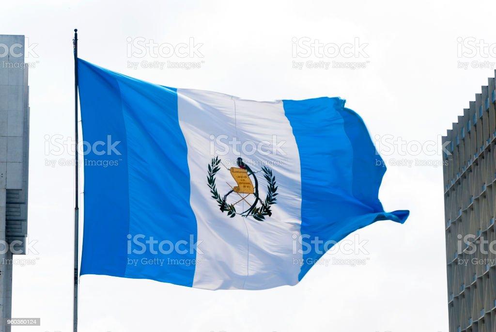 Bandera de Guatemala, símbolo nacional, ondeando en el viento - foto de stock
