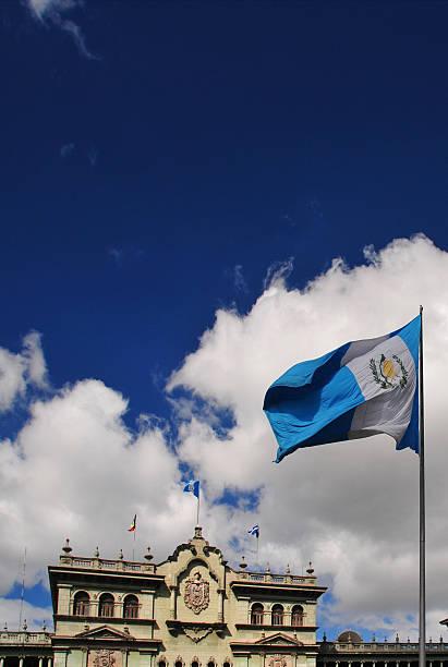 Guatemala: Bandera de Guatemala y el Palacio Nacional - foto de stock