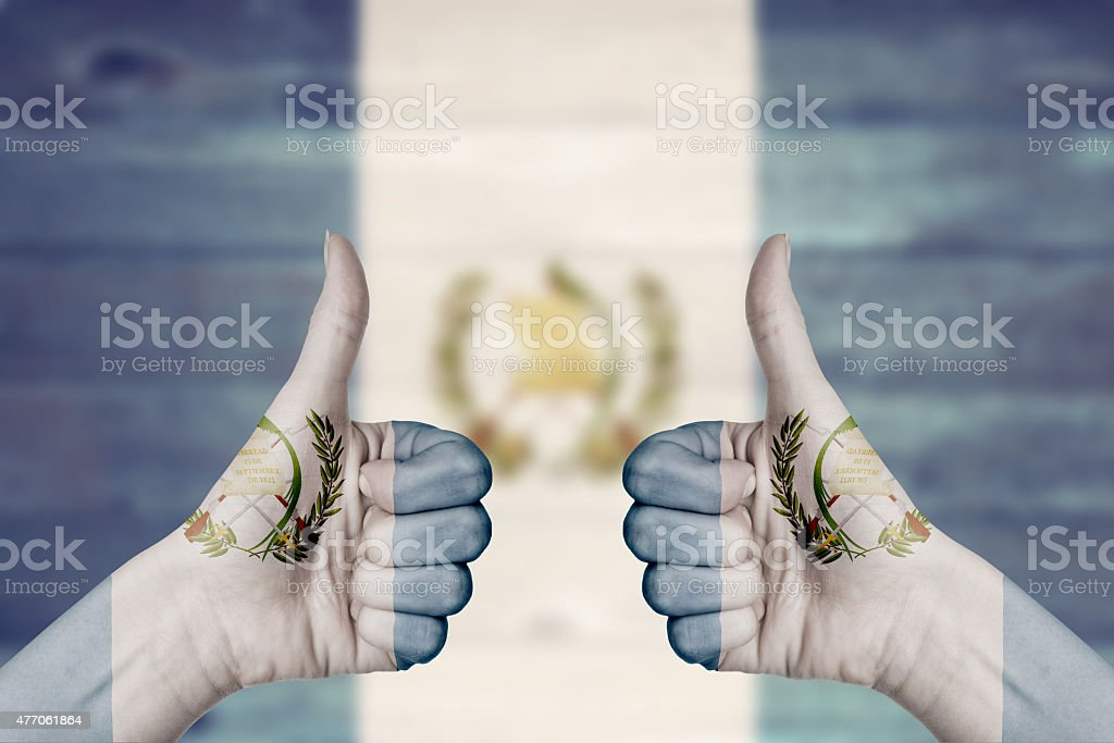 Bandera de Guatemala pintado en manos de mujer pulgares arriba - foto de stock