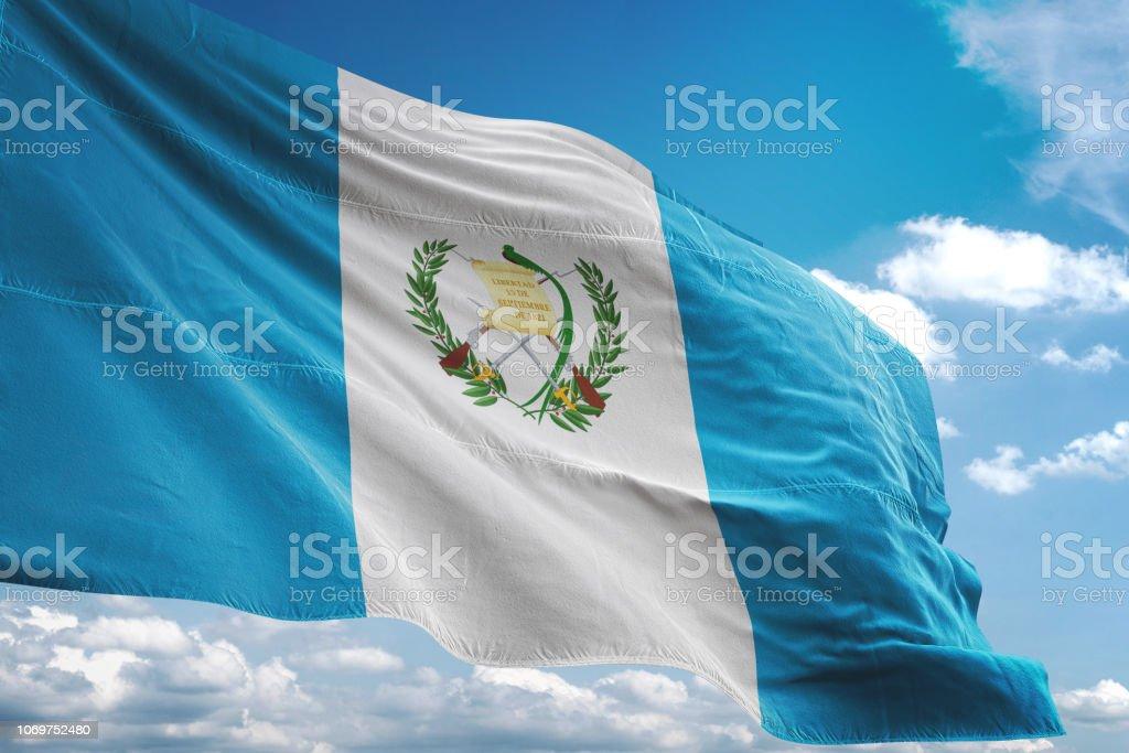 Bandera de Guatemala que agita el fondo de cielo nublado - foto de stock
