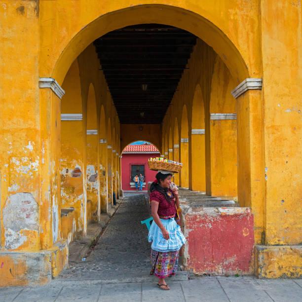 guatemala maya-verkäuferin - guatemala stadt stock-fotos und bilder