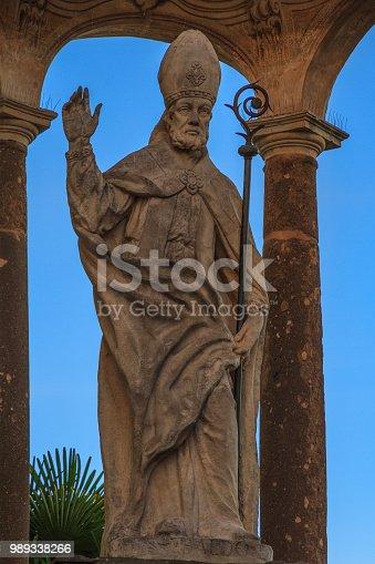 The statue was built around 1765 in memory of the sixth centenary of the death of St. Ubaldo. http://gubbio.infoaltaumbria.it/scopri_la_citta/in_centro/Statua_di_Sant_Ubaldo.aspx