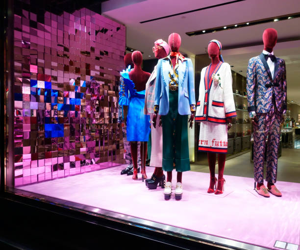 gucci fashion store window display - alta moda italy foto e immagini stock