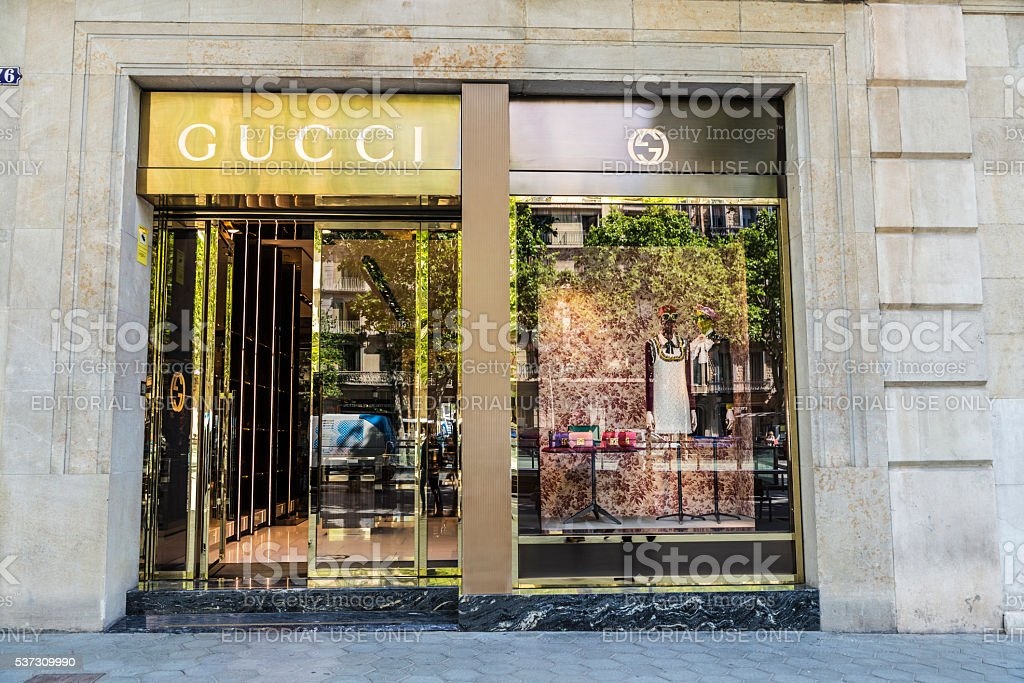 cd1ce06d1c60c Foto de Loja Da Gucci Barcelona e mais fotos de stock de Andando ...